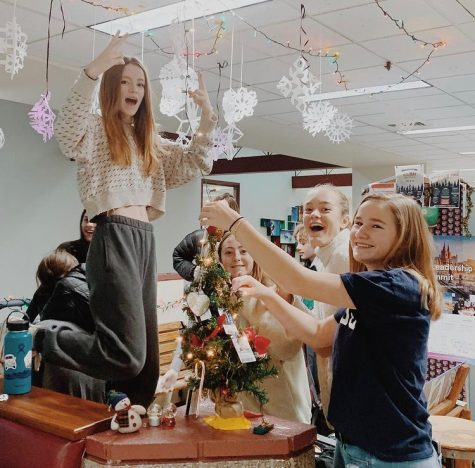 Class of 2022 decorates their pod Christmas of 2019